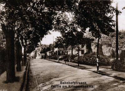 Kamenzer Straße mit Kriegsdenkmal